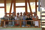 Mitglieder der Kinderhilfe bei einem Kuchenbasar. ©Andreas-Norbert Schuchardt