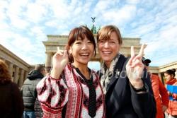 """""""Daumen hoch"""" für alle Laufbegeisterten von Naoko Takahashi, die als erste Frau unter 2:20 im Marathon blieb, und Uta während der Feierlichkeiten zum 40. BMW Berlin-Marathon.  ©www.PhotoRun.net"""
