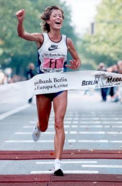 Freude teilen... Berlin Marathon 1995. © Bongarts Sportfotografie GmbH