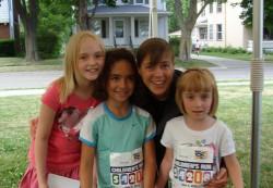Allison, Annabelle und Sara zusammen mit Uta nach dem Dick Lytie Children's Run am Abend vor dem Bellin-10-km-Rennen. ©Ephraim Liefke