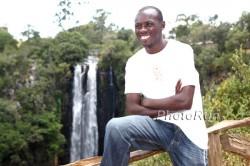 Sammy Wanjiru 2009 vor den Thompson Wasserfällen in der Nähe seines Wohnortes Nyahururu. © www.photorun.net
