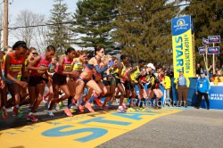 Der Start des Frauen-Elitefeldes beim Boston-Marathon 2013 in Hopkinton, Massachusetts. © www.PhotoRun.net